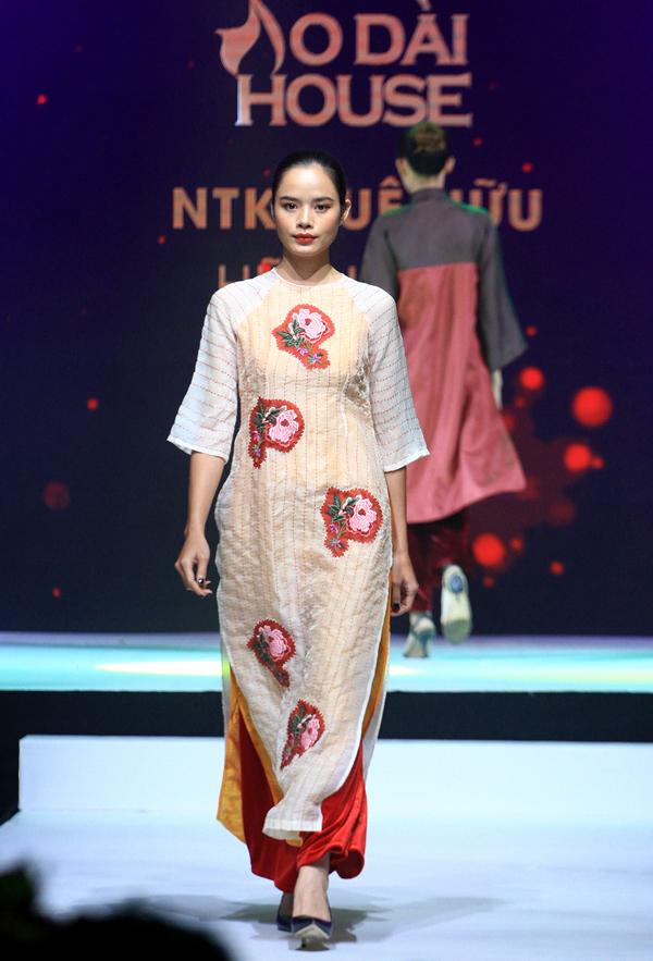 Chân dài Thu Hiền góp mặt trong buổi diễn bế mặc Lễ hội áo dài 2018 ở TP HCM.