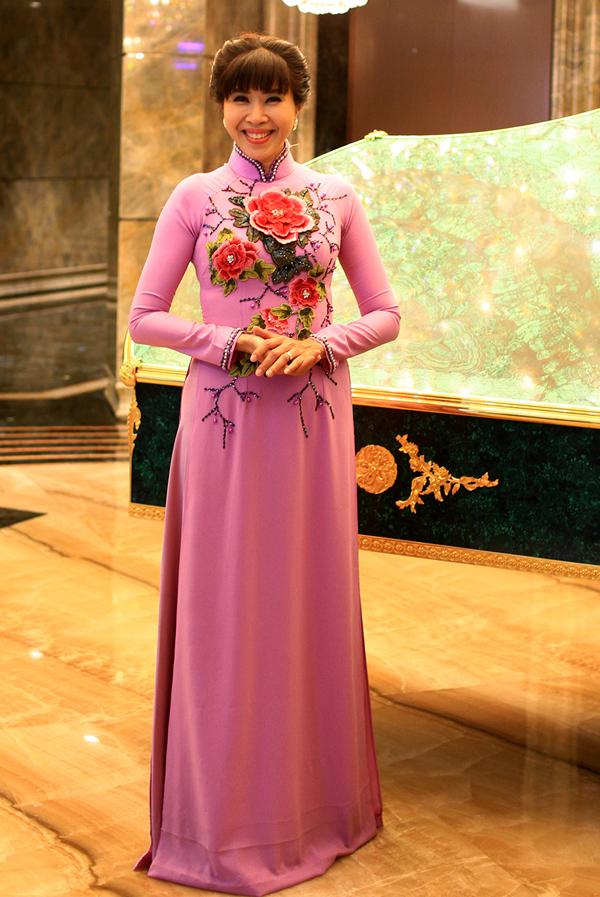 MC Quỳnh Hoa rạng rỡ với bộ cánh họa tiết nổi.