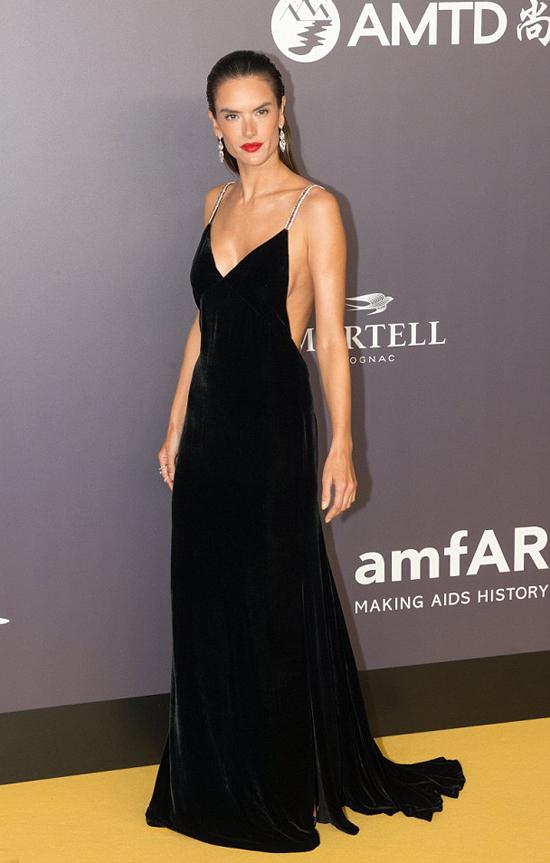 Tối 26/6, Alessandra Ambrosio tham gia amfAR Charity Gala - sự kiện quyên góp tiền cho quỹ phòng chống căn bệnh AIDS.