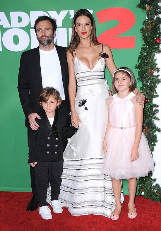 Siêu mẫu bên bạn trai cũ và hai con vào tháng 12 năm ngoái.