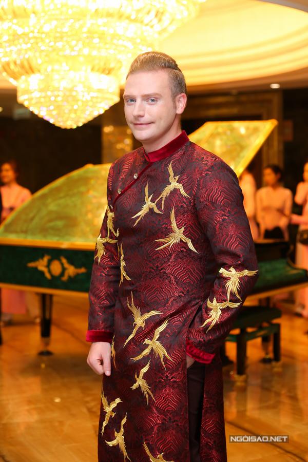 Ca sĩ Kyo York khoe vẻ thanh lịch với áo dài Việt Nam.