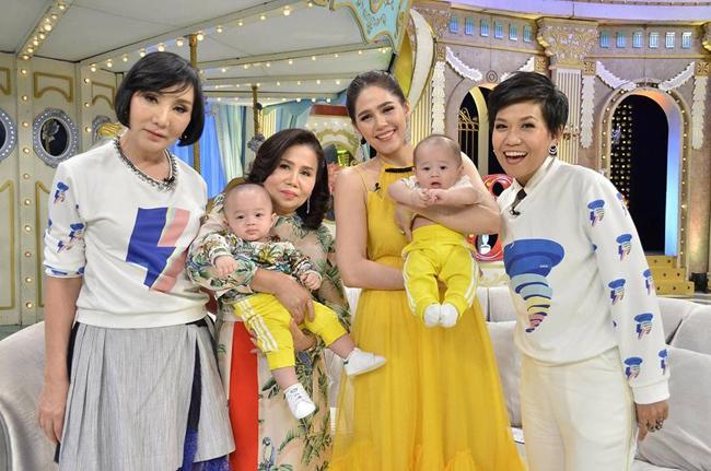 Ngoài việc là gương mặt quảng cáo, Thunder và Storm cũng được mẹ đưa đi tham dự một số show truyền hình.