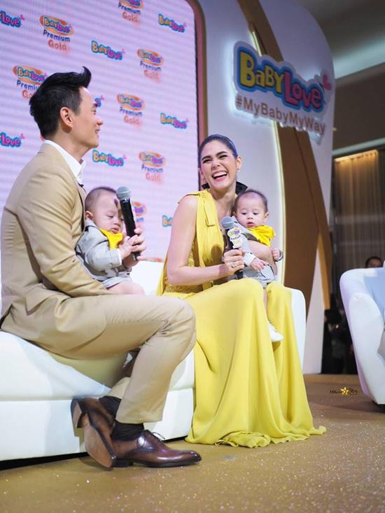 Cặp song sinh của mỹ nhân đẹp nhất Thái Lan mải mê mút tay khi cùng mẹ đi sự kiện - 3