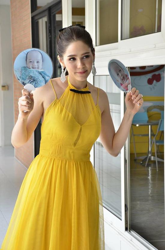 Cặp song sinh của mỹ nhân đẹp nhất Thái Lan mải mê mút tay khi cùng mẹ đi sự kiện - 10