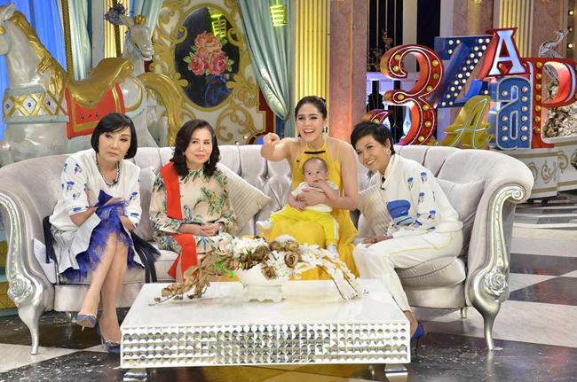 Cặp song sinh của mỹ nhân đẹp nhất Thái Lan mải mê mút tay khi cùng mẹ đi sự kiện - 6
