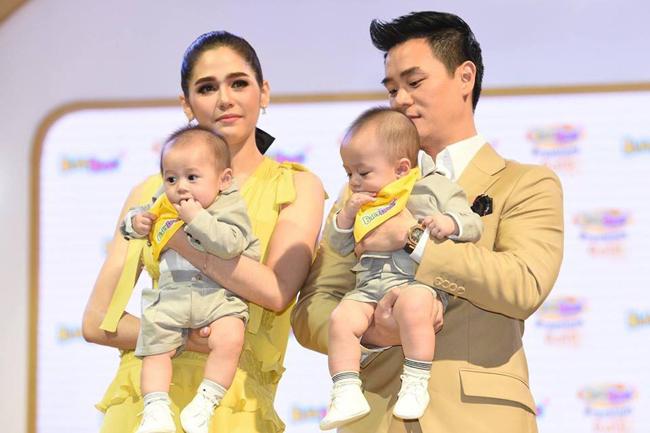 Hai bé yêu của Chompoo Araya được bố mẹ đưa tới tham dự một sự kiện giới thiệu sản phẩm mới hôm đầu tuần. Chào đời tháng 9 vừa rồi, Thunder và Storm đã được 6 tháng tuổi và được nhiều thương hiệu dành cho em bé mời làm gương mặt đại diện.