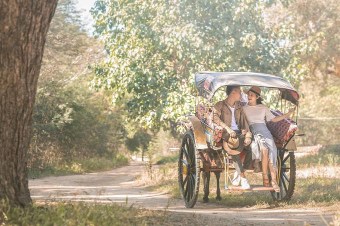 Trung Kiên và Thu Trang chọn Bagan, Malaysia, là nơi thực hiện bộ ảnh cưới của mình vì yêu thích nét hoang sơ, cổ kính và huyền bí ở đây. Cả hai cũng mê mẩn kiến trúc chùa tháp và khung cảnh những chiếc kinh khí cầu bay lên cùng mặt trời đã trở thành đặc sản của Bagan.