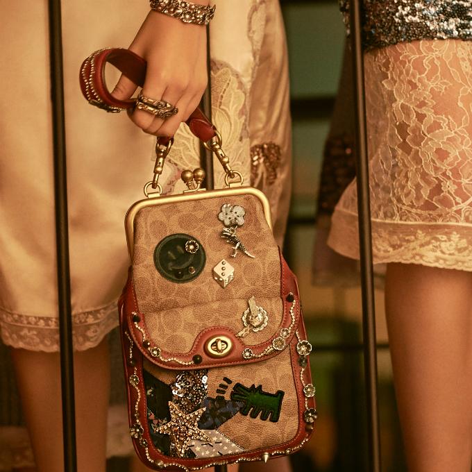 Các tác phẩm nghệ thuật của Haring được lồng ghép dưới dạng họa tiết trên cácsản phẩm da của thương hiệu.