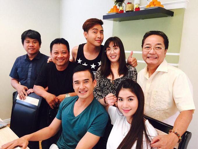 Đạo diễn Xuân Phước (thứ hai từ trái sang) và các diễn viên Cali mùa hoa vàng.