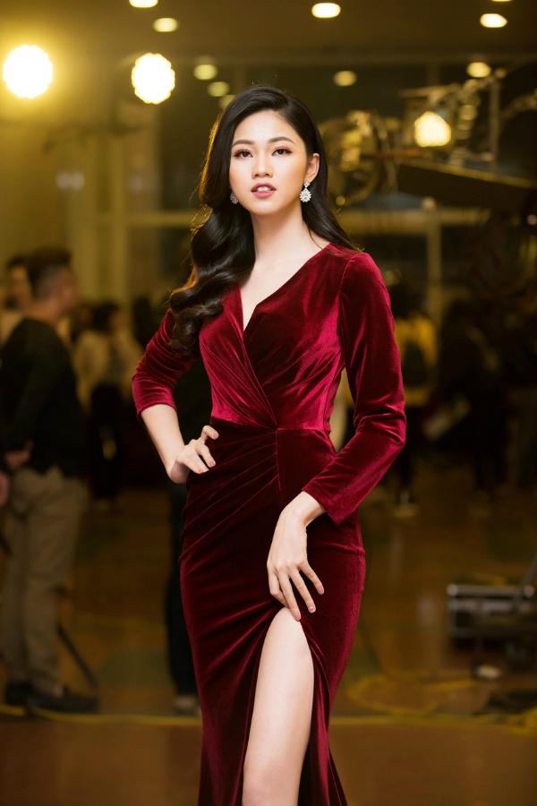 Váy nhung đỏ tươi không chỉ giúp Á hậu Ngô Thanh Thanh Tú nổi bật bên dàn sao, phần chân váy xẻ cao còn giúp người đẹp tôn nét gợi cảm, sang trọng.