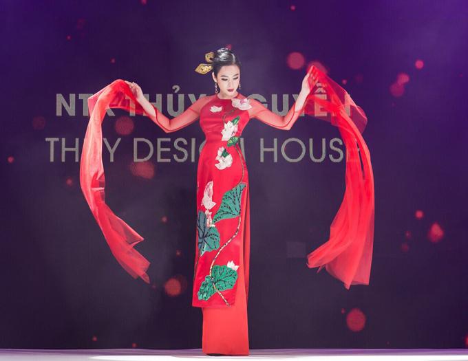 Angela Phương Trinh biểu diễn xuất thần trong show Thủy Nguyễn