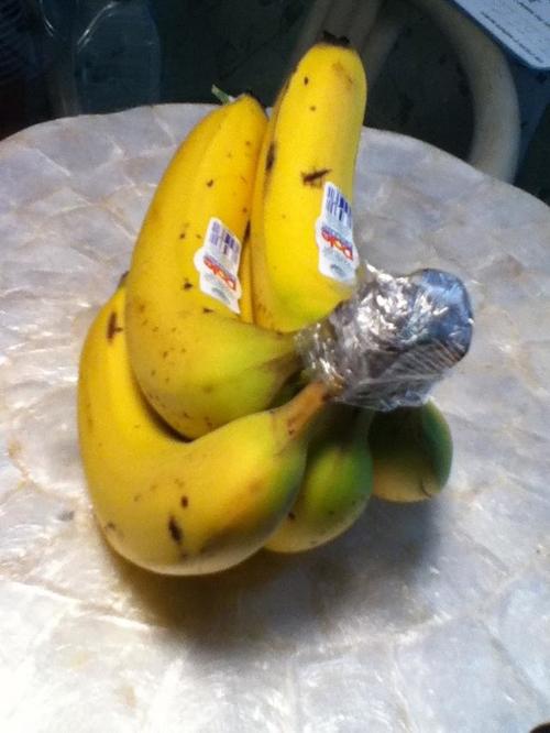 Chuối chín. Dùng màng bọc thực phẩm quấn quanh phần cuống cuối. Cách này sẽ giúp chuối không hỏng trong vòng 3-5 ngày. Lưu ý: Chuối tỏa ra khíethylene (kích thích chín), vì vậy, bạn không nên đặt chuối cạnh các hoa quả khác.