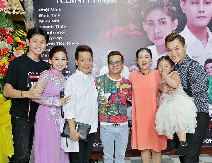 Gia đình Bình Tinh chụp ảnh cùng các nghệ sĩ đã nhiệt tìnhhỗ trợ họ làm phim.