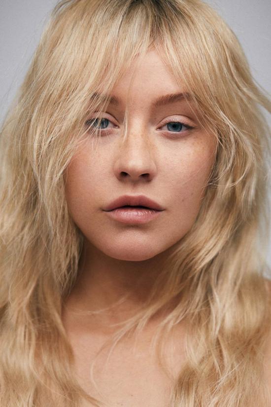 Christina Aguilera vừa có bộ ảnh khác lạ trên tạp chí Paper tháng 4. Không kẻ mắt, lông mi giả hay phấn son, giám khảo The Voice thoải mái để lộ làn da lấm tấm tàn nhang và các đường nét tự nhiên trên gương mặt.