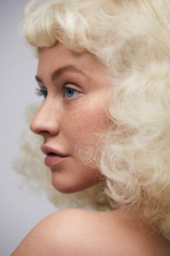 Gạt bỏ lớp trang điểm, Aguilera trông trẻ trung hơn rất nhiều so với hình ảnh lộng lẫy của cô trên sân khấu.