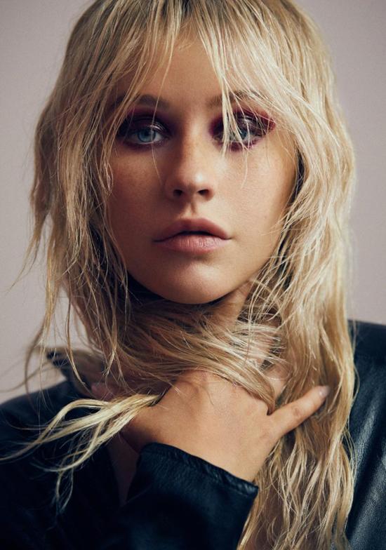 Thông thường, Christina trang điểm rất đậm, lộng lẫy và gây ấn tượng mạnh.