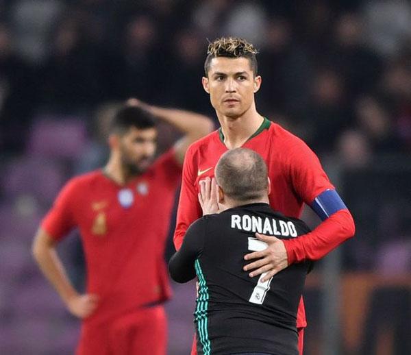 Trong trận đấu với Ai Cập vài ngày trước, C. Ronaldo lập cú đúp ở những phút cuối cùng, mang về chiến thắng 2-1 cho đội bóng bán đảo Iberia. Tuy nhiên, trong trận gặp Hà Lan, chân sút Real thi đấu mờ nhạt, bất lực nhìn đội nhà thua 0-3 trước Cơn lốc màu da cam, đội bóng không thể góp mặt tại World Cup mùa hè tới.