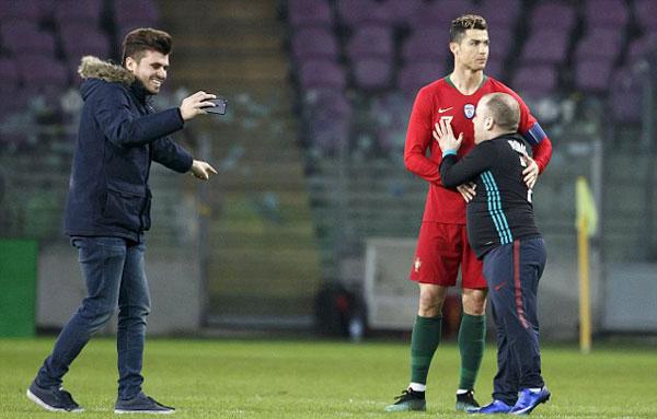 Siêu sao Bồ Đào Nha lịch sự đáp lại tình cảm của các fan với thái độ hững hờ, không mấy hào hứng.