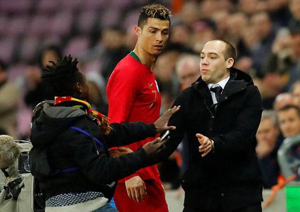 Một fan nam cố gắng chạy theo xin chụp ảnh với C. Ronaldo khi anh bước ra đường hầm.