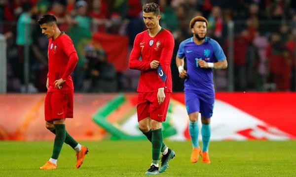 Vài phút sau đó, C. Ronaldo cũng được thay ra. Đội trưởng tuyển Bồ Đào Nha trông thất vọng khi rời sân.