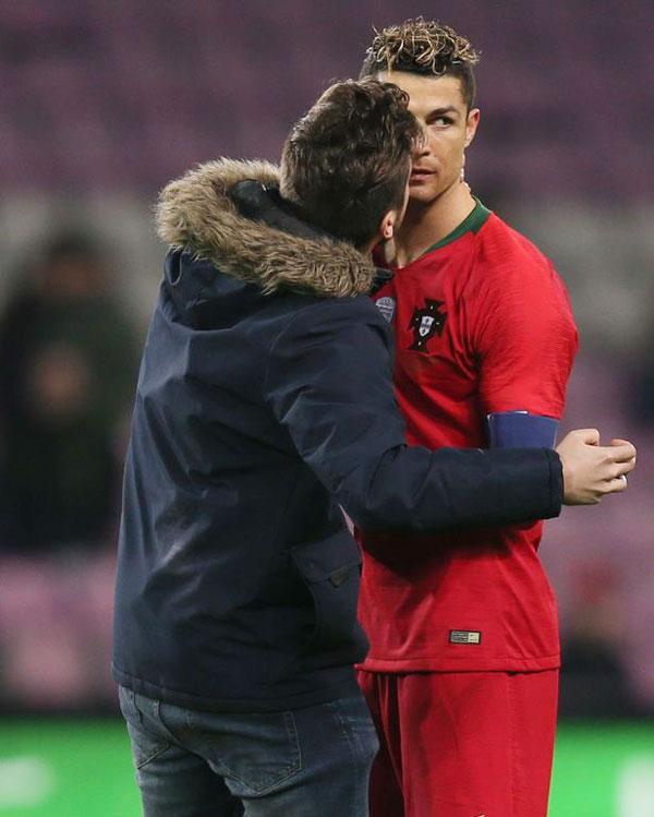 C. Ronaldo không mấy vui vẻ khi anh và các đồng đội đang bị dẫn 0-3, hơn nữa lại thi đấu trong tình cảnh thiếu người vì đồng đội  Cancelo vừa bị truất quyền thi đấu.