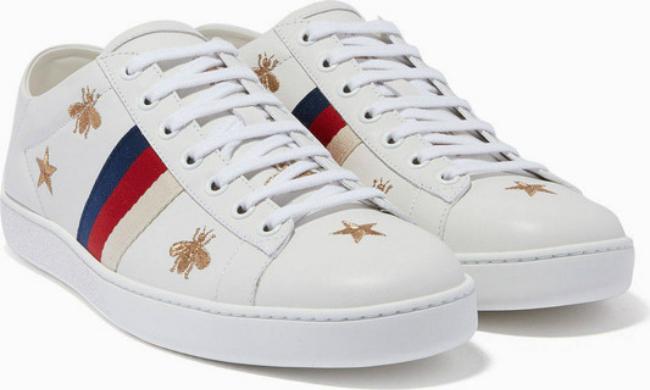 Mẫu sneaker trắng được thêu hình ong và ngôi sao của Gucci.