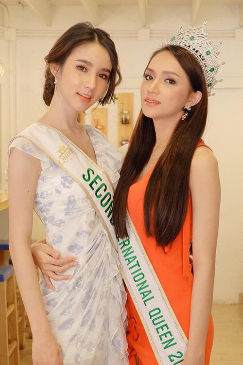 Hoa hậu Hương Giang tiếp tục chuỗi ngày hoạt động ở Thái Lan. Người đẹp đọ sắc cùng Á hậu người Thái.