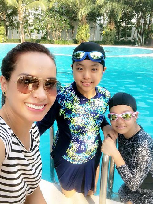 Thuý Hạnh đưa hai con đi bơi xả hơi sau những giờ học căng thẳng.