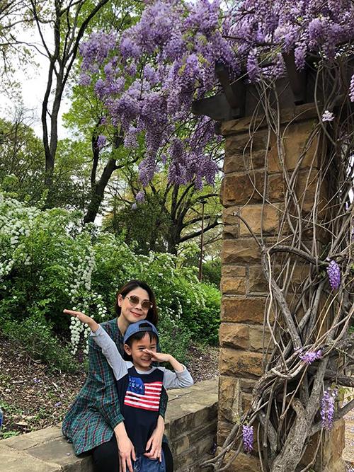 Ca sĩ Thanh Thảo cùng con trai nuôi Jacky ra công viên thư giãn, ngắm hoa nở.