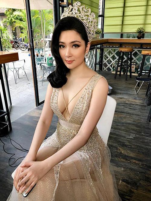 Make up Minh Lộc đăng tải hình ảnh hiếm hoi của hoa hậu Nguyễn Thị Huyền. Cô