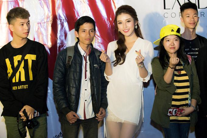 Học sinh trường Việt Đức vây quanh xin chụp hình cùng Á hậu.