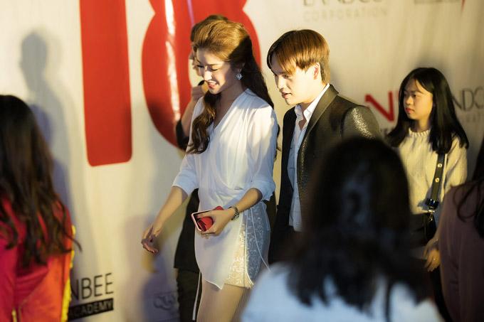 Tối qua, cô còn vui vẻ hội ngộ ca sĩ Nguyễn Trần Trung Quân. Anh cũng là một trong những vị giám khảo của cuộc thi.