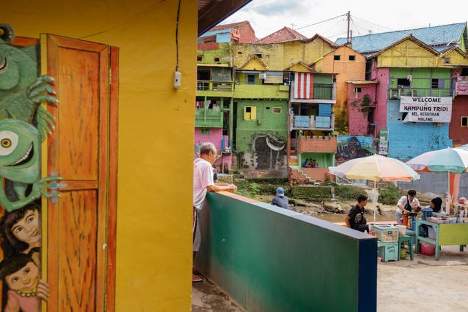 Làng cầu vồng được cứu sống từ khu ổ chuột ở Indonesia - 9