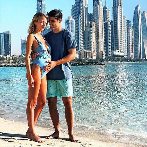 Trong khi đó, bà bầu Alice Capello đăng tải loạt ảnh hai vợ chồng đi dạo trên bãi biển. Morata lúc lấy tay xoa bụng vợ, ánh mắt nhìn cô âu yếm...