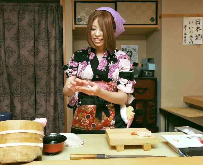 Khách hàng sẽ được đón tiếp bởi đội ngũ đầu bếp hoàn toàn là nữ, thân thiện mỉm cười trong những bộ Yukata sặc sỡ.