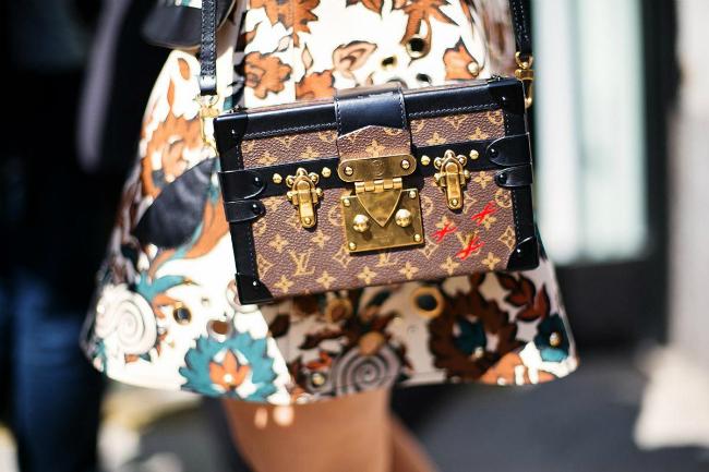Túi Petite Malle do Louis Vuitton thiết kế.