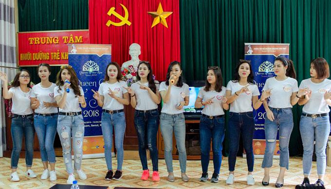 Sau màn phát biểu, các thí sinh biểu diễn một tiết mục văn nghệ dành tặng các em nhỏ cũng như những người có mặt ở hội trường.