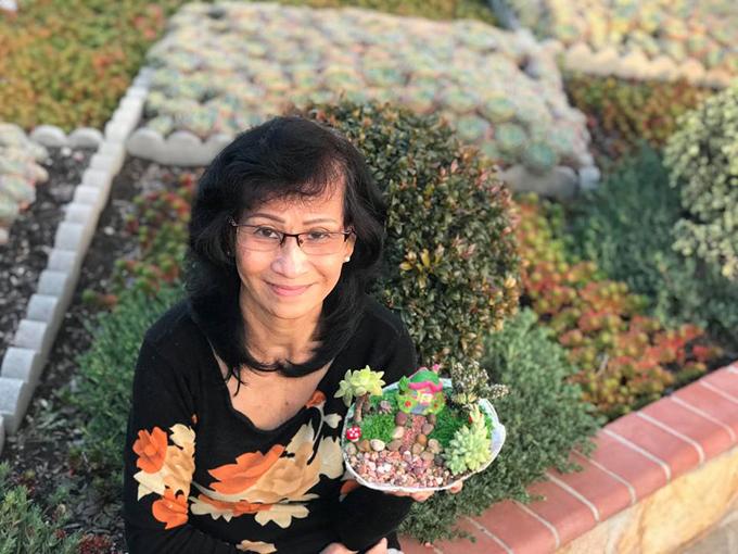 Bà Lê Thị Yêu, 65 tuổi, định cư ở Mỹ đã 17 năm qua. Bà hiện sống cùng gia đình tạithành phố San Jose, bang California. Ngoài ba buổi chăm cháu ngoại một tuần, bà đi phụ việc tại một tiệm làm móng tay, móng chân của người thân. Cuối tuần, bà dọn dẹp nhà cửa, đi chợ nấu ăn cho gia đình và chăm sóc vườn hoa.