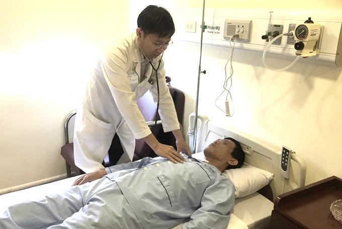 Bác sĩ Nguyễn Ngọc Thao, trưởng khoa Ngoại Tiêu Hóa đang khám cho người bệnh. Ảnh: H.M