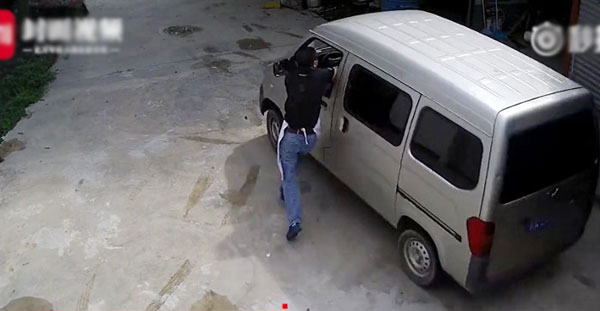 Xie đuổi theo chiếc xe với quyết tâmkhông cho bọn trộm trốn thoát nhưng cuối cùng lại thiệt mạng.