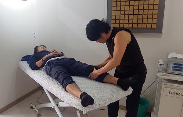 Tuấn Anh được bác sĩ Choi Joo-yong thăm khám. Ảnh: VTCN.
