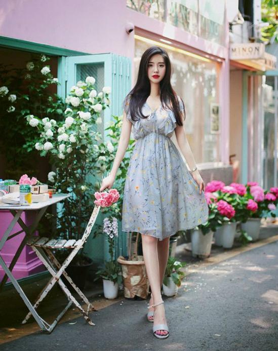 Đi đôi với hình ảnh hoa lá nhẹ nhàng là các chi tiết đường bèo nhún, dây rút để tăng sự điệu đà cho các mẫu váy.