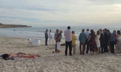 Cô gái nằm phơi nắng mặc đám cưới diễn ra bên cạnh