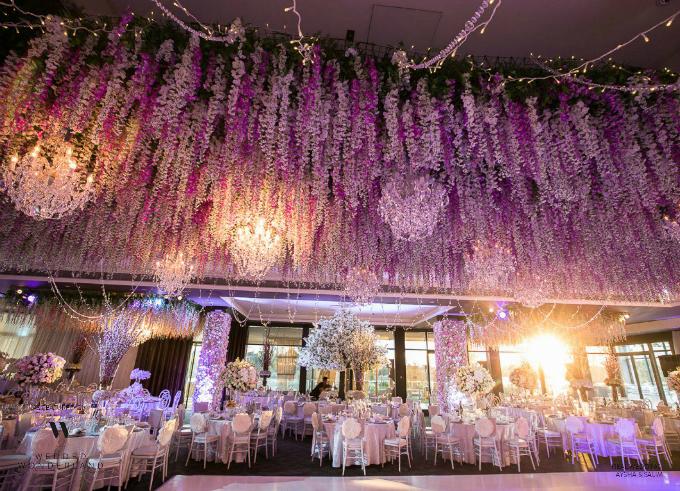 Đây là đám cưới có quy mô lớn nhất mà Vesna Grasso từng thực hiện. Những bức tường hoa cao dài tới 20m, cao 3,5m. 10 chiếc cột bên trong khán phòng nơi tổ chức tiệc cưới đều được che phủ bằng hoa.