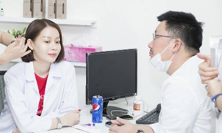 Hoa hậu Hải Dương mời chuyên gia Hàn tư vấn làm đẹp cho chị em