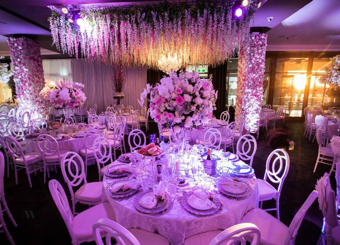 Hơn 800.000 bông hoa được dùng để trang hoàng tiệc cưới này. Nhà cung cấp đã phải huy động 12 chiếc xe tải 3 tấn để chở hết toàn bộ số hoa từ chợ về nơi tổ chức.