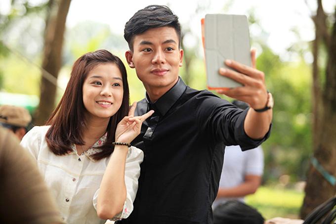 Hoàng Yến chụp ảnh cùng Hiếu Nguyễn tại hậu trường.