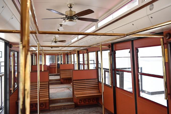 Nội thất của tàu hỏa leo núi Mường Hoa mang nét cổ điển, lịch lãm của châu Âu với hệ thống chiếu sáng, quạt trần cổ...