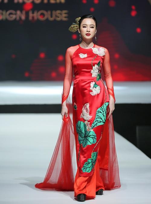 Với cảm hứng xuất phát từ sen - quốc hoa nước Việt, các thiết kế áo dài được biến tấu, trong đó họa tiết sen được đính kết tỉ mỉ bằng tay và chi tiết popart in kỹ thuật cao trên nền vải gấm - dấu ấn riêng của NTK Thuỷ Nguyễn. Các chất liệu như Taffeta và Phi cũn được sử dụng xuyên suốt, tạo nên những chiếc áo dài đa năng, có thể ứng dụng trong nhiều dịp họp mặt, dạo phố hay công việc. Bên cạnh đó, thiết kế với chất liệu vải sequin dành riêng cho tiệc tối, vừa nổi bậ, vừa thanh lịch, giúp người mặc thu hút sự chú ý.