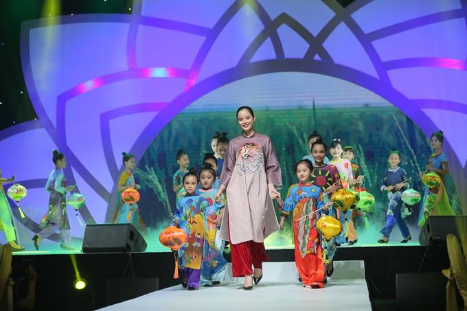 Lễ hội Áo dài TP HCM lần thứ 5 vừa khép lại cuối tuần qua. Theo đơn vị tổ chức, những chiếc áo dài được biến tấu sáng tạo, đều mang nét đặc trưngriêng, mới lạ nhưng vẫn giữ bản sắc truyền thống của áo dài Việt Nam.